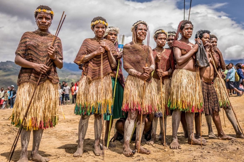 Orang-orang suku telah dikenal karena kebiasaan unik mereka sejak pertengahan abad ke-20 ... Suku Dani mempersiapkan diri untuk festival tahunan mereka pada bulan Agustus 2016, yang tidak terbuka bagi wisatawan.