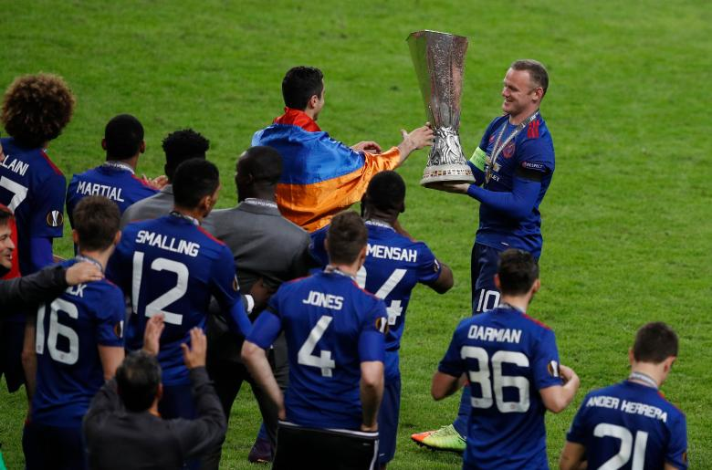 Wayne Rooney, capitano del Manchester United, solleva l'ultimo trofeo che mancava alla bacheca dei Red Devils, la Coppa UEFA/Europa League, foto: Reuters