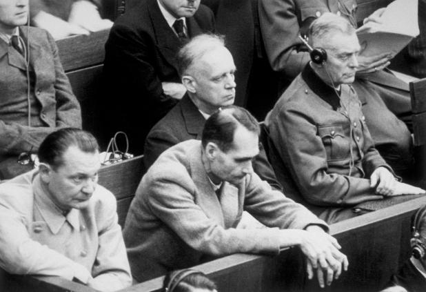Hess, retratado nos Julgamentos de Nuremberg, justificou sua política racial com tolices ocultistas