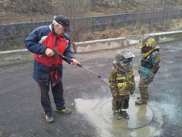 Agua buena idea!  Un padre encontró una forma rápida de limpiar a sus hijos, al regarlos