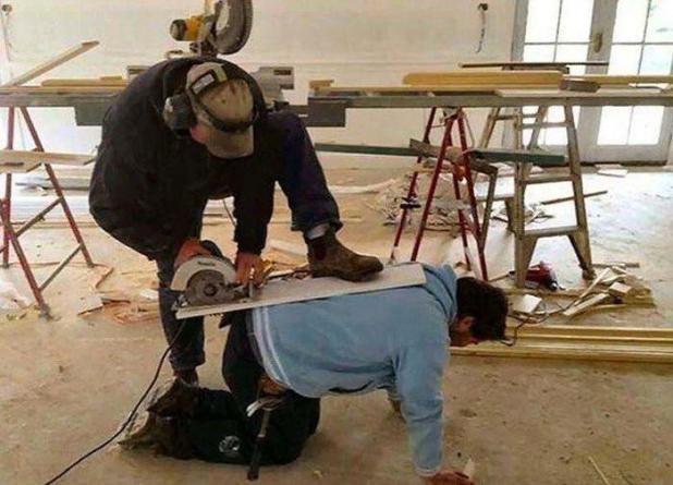 Un constructor que se quedó sin espacio en su mesa pidió un favor a un amigo para hacer el trabajo