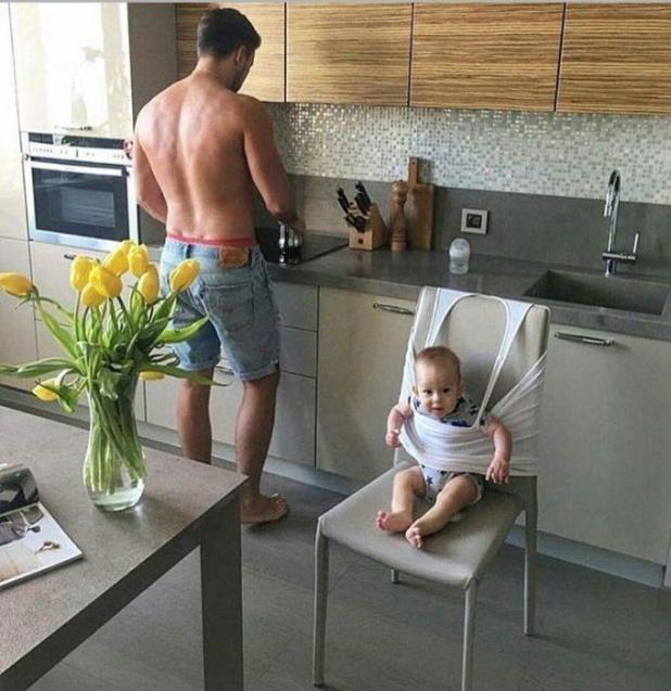 Sin silla alta, sin problemas?  Este padre usó su chaleco blanco para mantener a su hijo seguro