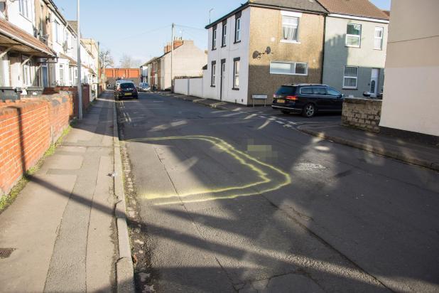 El vándalo usó pintura amarilla robada de los trabajadores para dibujar líneas dobles alrededor del automóvil