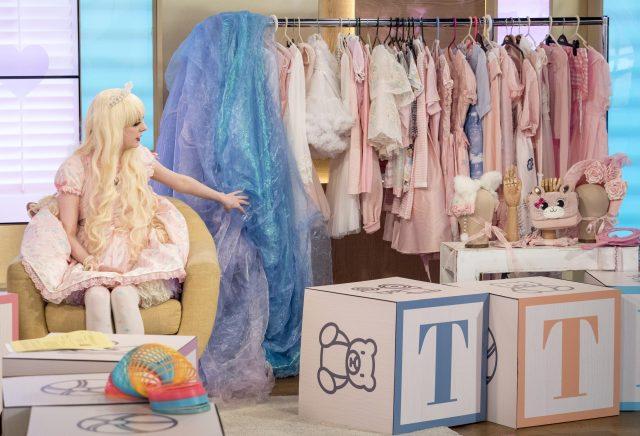 Jade diseña su propia ropa, así como la compra de ellos desde Japón y Corea
