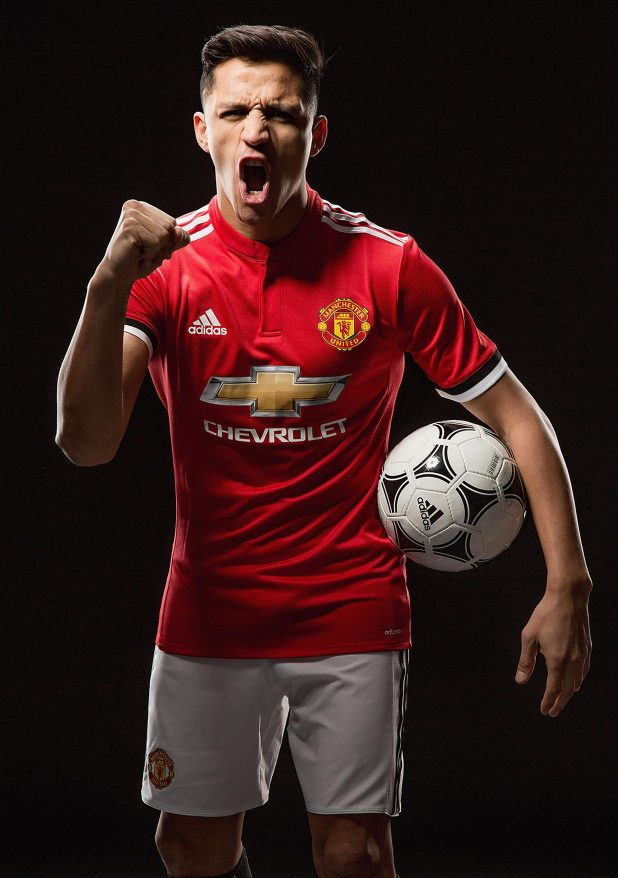 nintchdbpict0003802542981 e1516749978280 - Alexis Sanchez's dogs wear Manchester United shirts after arriving at team hotel