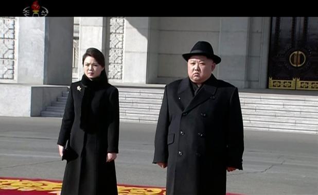 Kim Jong-un metió dos dedos en los Juegos Olímpicos de Invierno de Corea del Sur en un desfile militar gigante junto a su esposa esta mañana