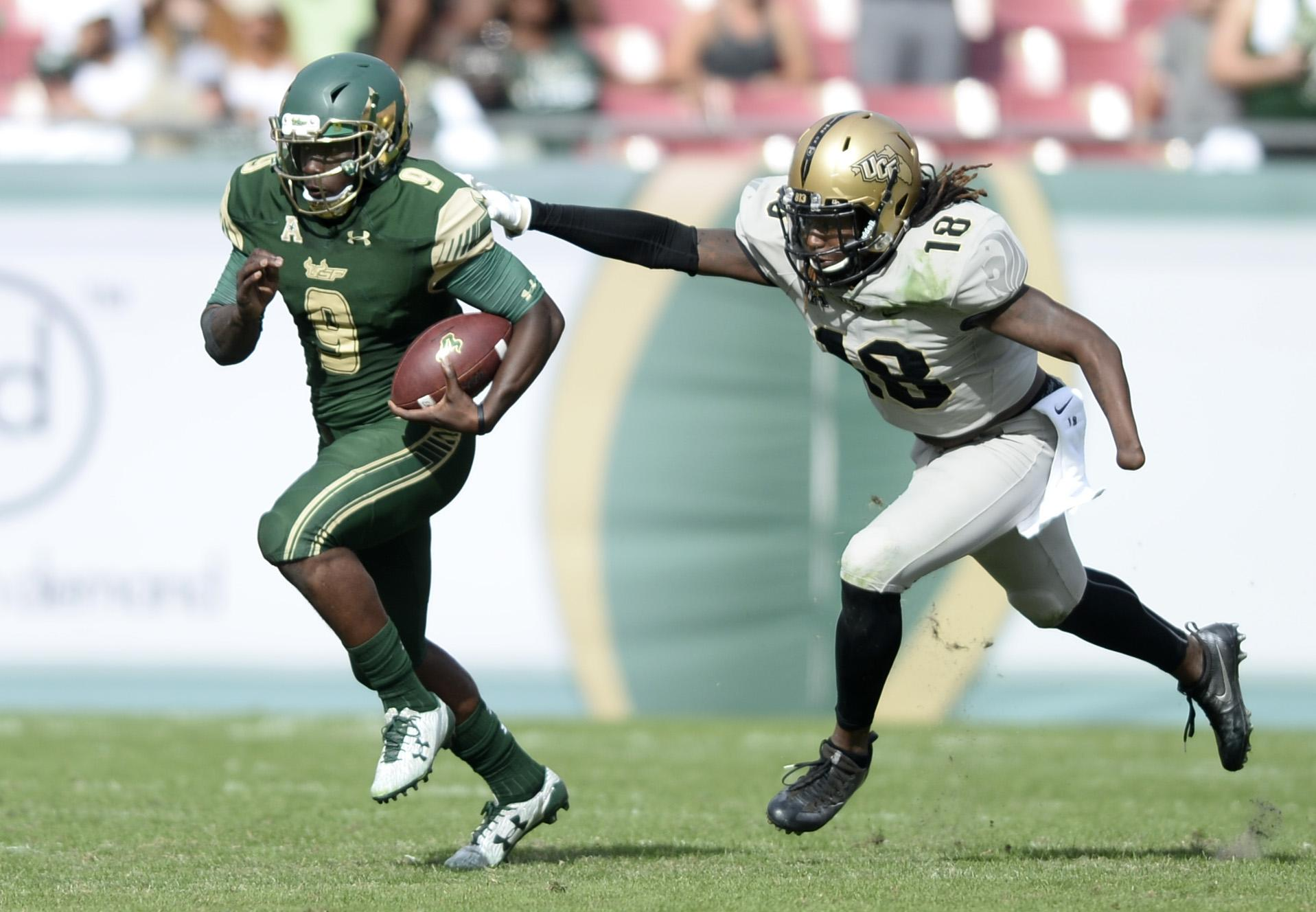 Shaquem attempts to tackle a rival player with the ball while playing for University of Central Florida