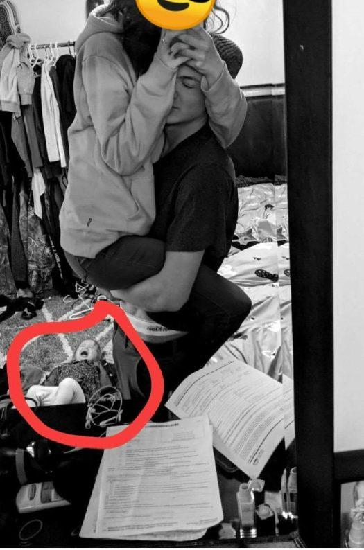 Un niño llora en el suelo mientras estos dos posan para una foto