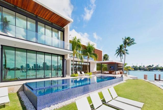 The property, which was finished in the last year, features a jaw-dropping pool with a built-in jacuzzi