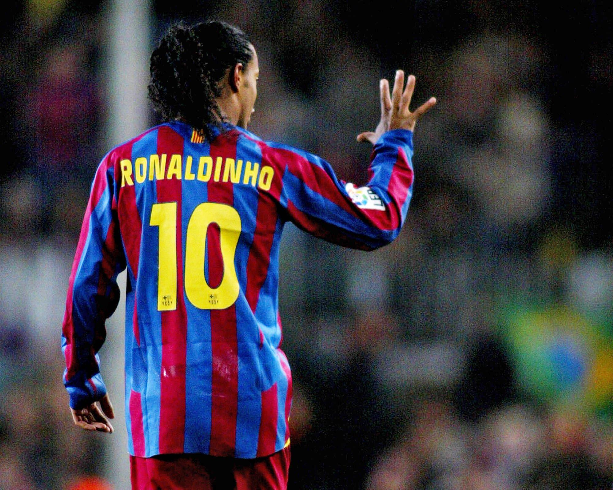 Ronaldinho was the previous holder of the Barcelona No10 jersey