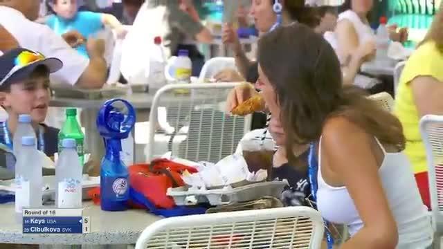 A US Open fan has sent Twitter into meltdown for her bizarre eating habits