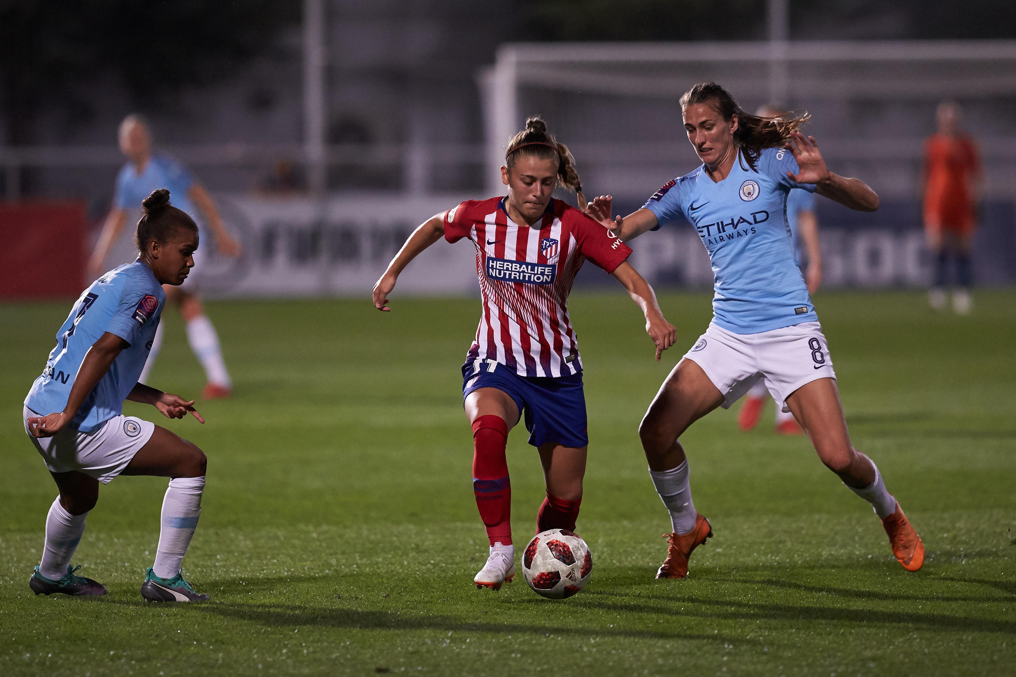 Jill Scott tries to tackle Carmen Menayo during the game in Majadahonda