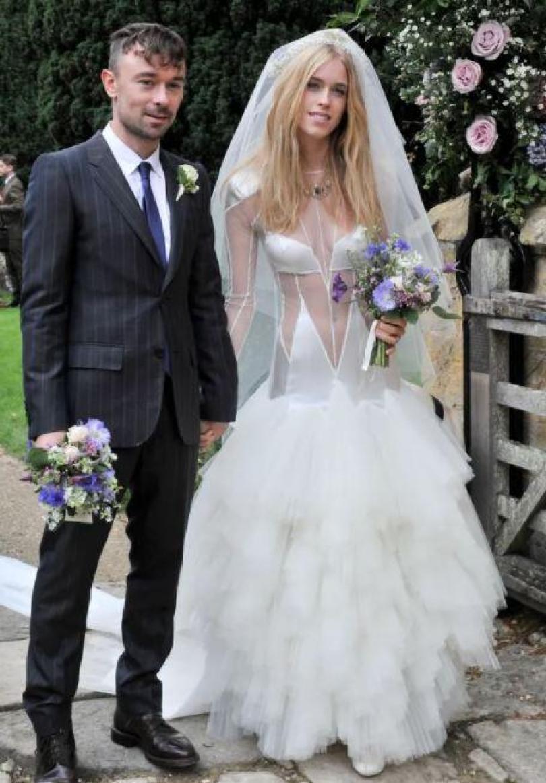 NINTCHDBPICT000463142739 - Noiva com vestido transparente no casamento causa nas Redes Sociais