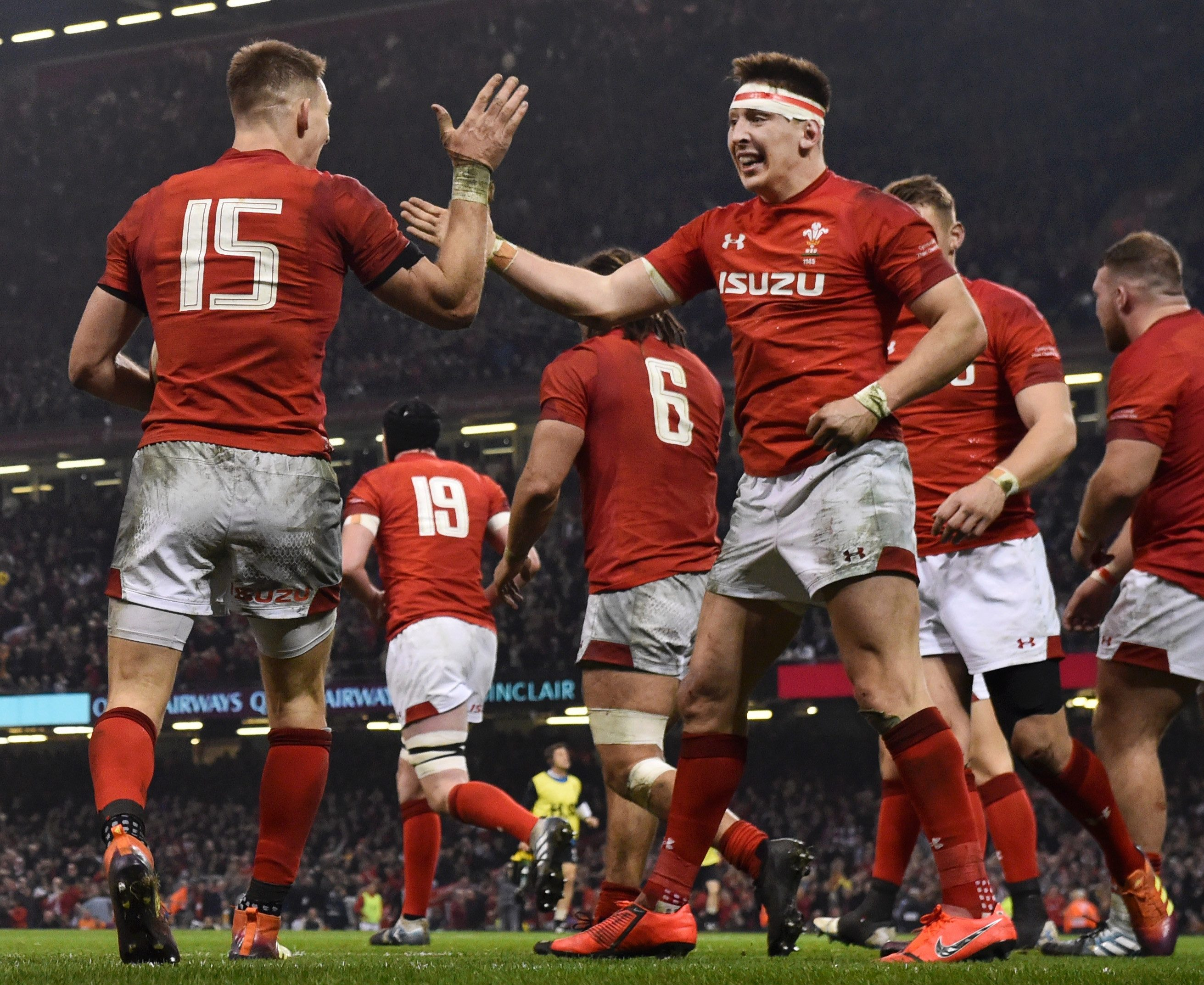Wales beat England in their last Six Nations match to keep them on course for a Grand Slam victory