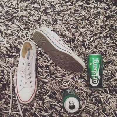 Sepasang sepatu Converse yang terbilang standar bagi para anak-anak kaya raya diperlihatkan bersama
