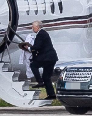 Ducele de York a fost văzut marcat la bordul unui avion privat pe aeroportul din Aberdeen marți
