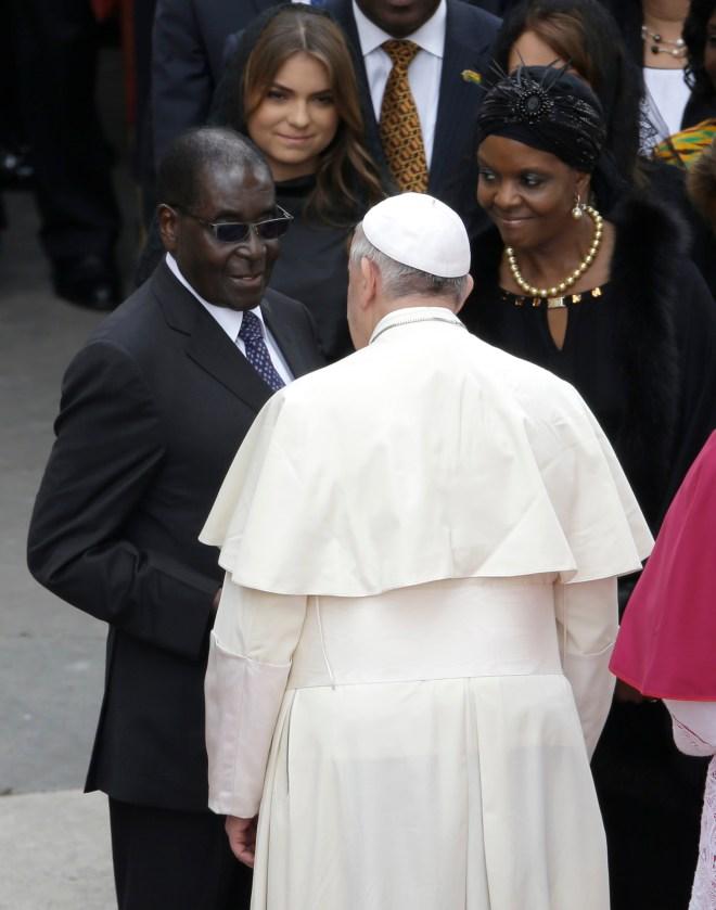 Pope Francis greets Robert Mugabe in 2014