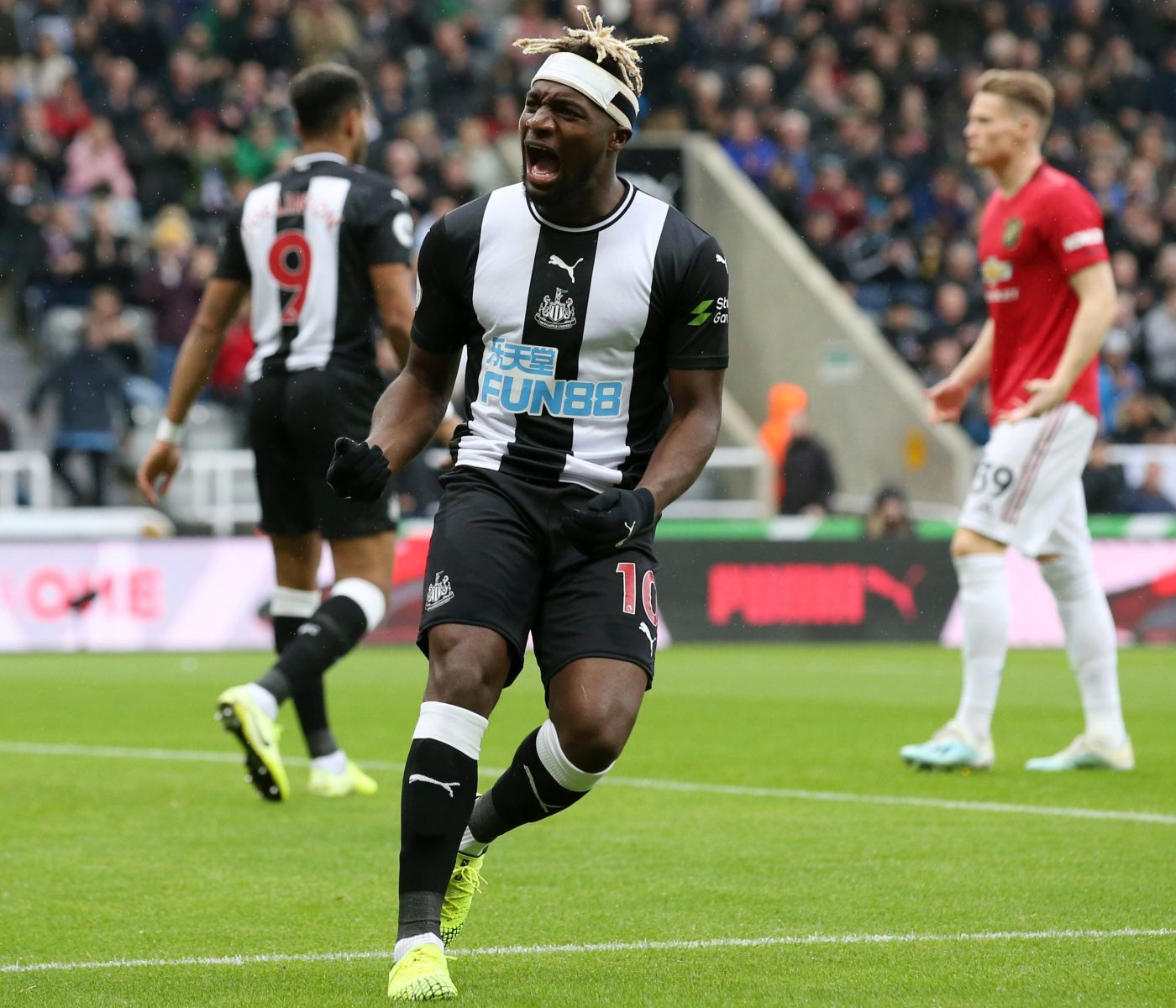 Newcastle fans in love with 'live wire' Saint-Maximin as winger tears up  Man Utd