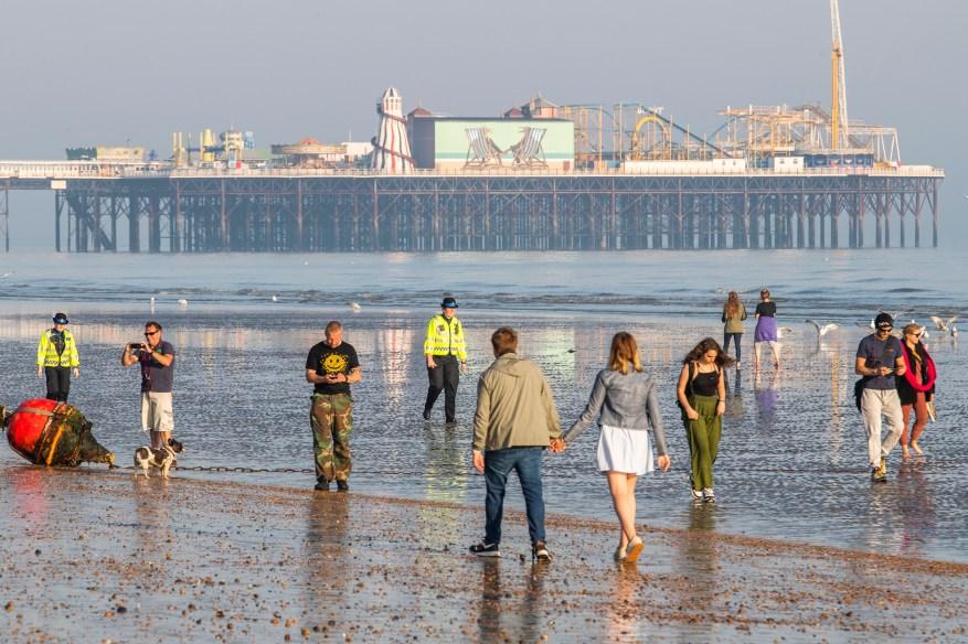 La policía en Brighton fue superada en número cuando intentaron alejar a docenas de personas de la playa hoy