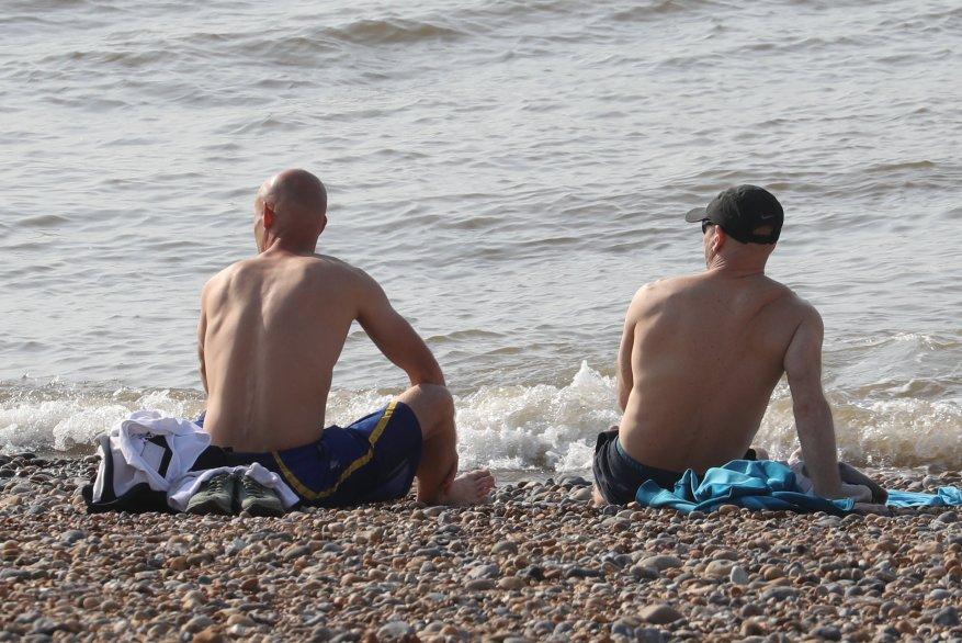 Dos hombres en topless fueron a la playa de Brighton el Viernes Santo a pesar de que la playa está prohibida para los residentes.