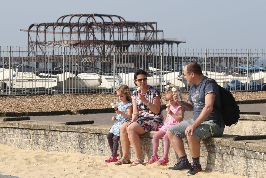 El clima cálido resultó ser demasiado tentador para esta familia que acudió a la playa en busca de helados.
