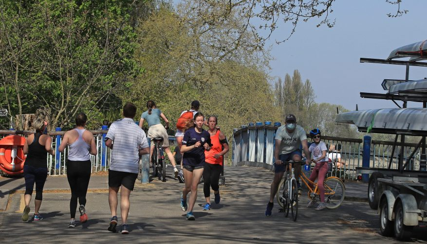 Joggers y ciclistas en Putney Embankment, Londres, fueron vistos ignorando las reglas de distanciamiento social de hoy.