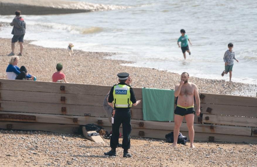 A docenas de bañistas se les ordenó mudarse de la playa de Brighton.