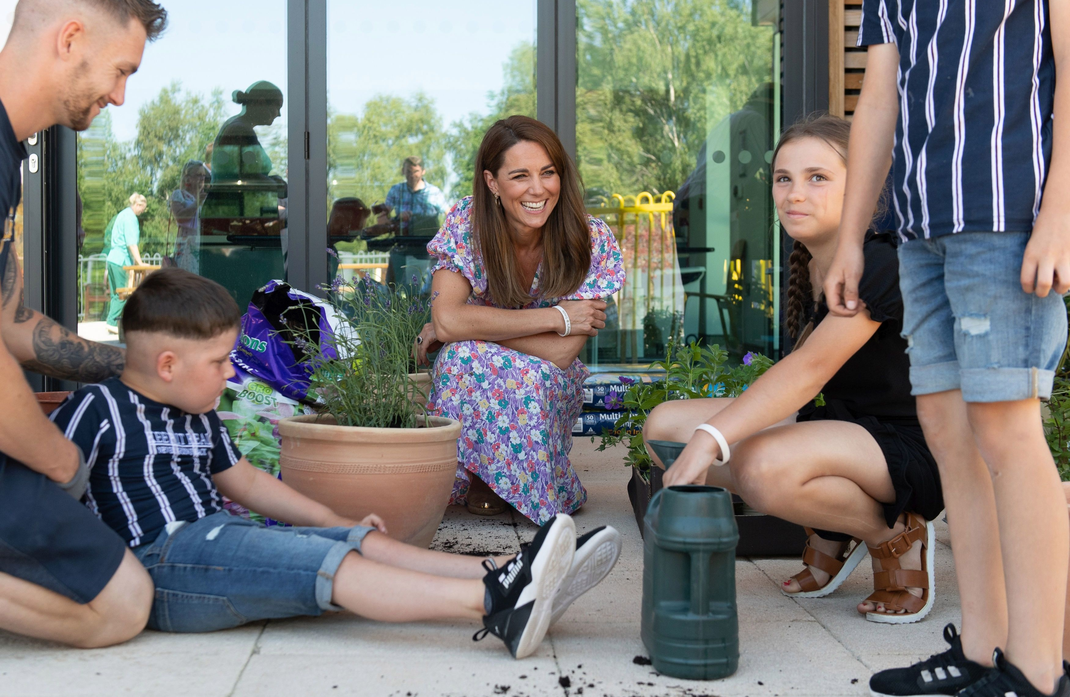 Kate Middleton mucks in to plant seeds with kids at hospice garden ...