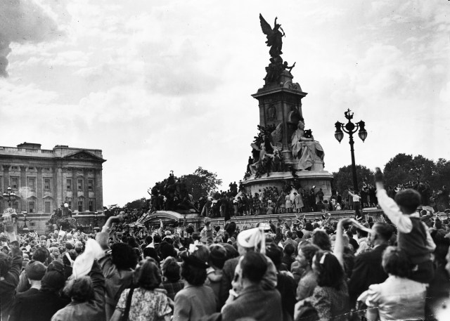 Victory over Japan Day, VJ Day, the crowds at Buckingham Palace and Queen Victoria Statue