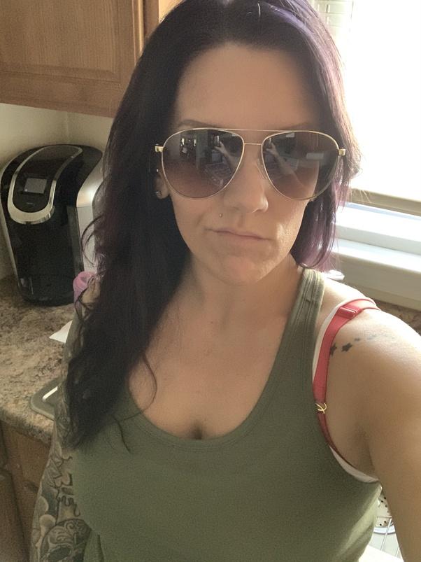 Sara Medeiros, du Massachusetts, a repéré des personnages `` troublants '' dans ses lunettes de soleil après avoir pris un selfie