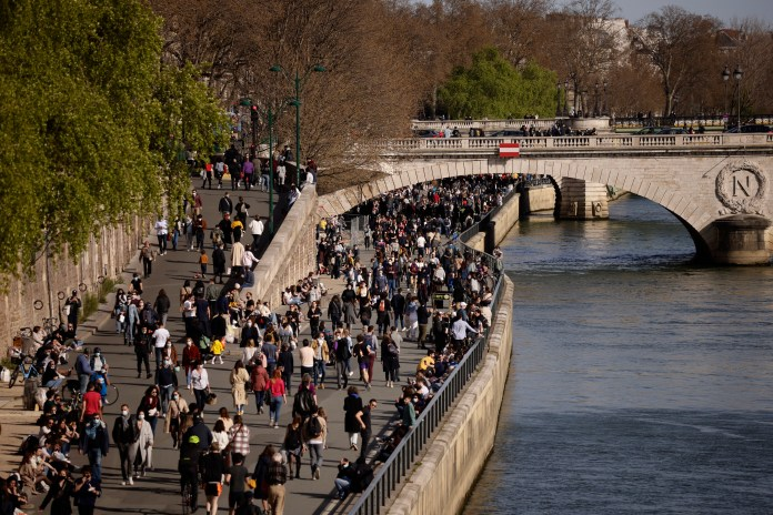 Crowds strolled along by the Seine