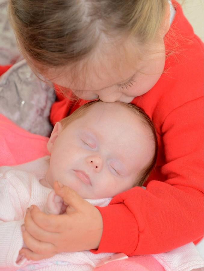 Уилоу среща нова сестра Сторм, която е родена с майка им в кома