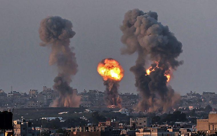 El humo se eleva sobre la ciudad de Khan Yunis en la Franja de Gaza durante un ataque aéreo israelí