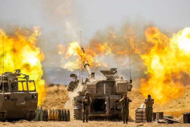 Una unidad de artillería israelí dispara contra objetivos en la Franja de Gaza