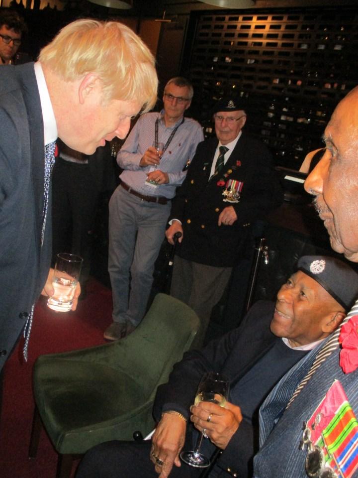 Gilbert Clarke reuniéndose con el primer ministro Boris Johnson
