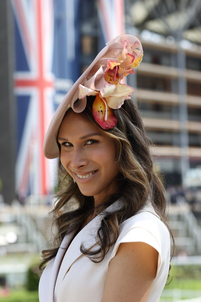 This Ascot beauty looked stylish with a floral-themed headpiece and a cream ensemble