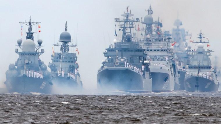 Unos 50 buques de guerra se reunieron para el desfile naval en San Petersburgo el domingo.