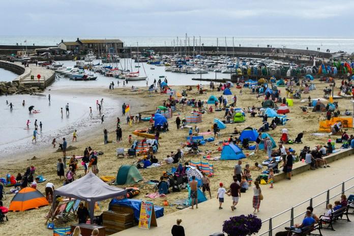 استفاد رواد الشواطئ من الدفء في نهاية هذا الأسبوع في Lyme Regis في دورست