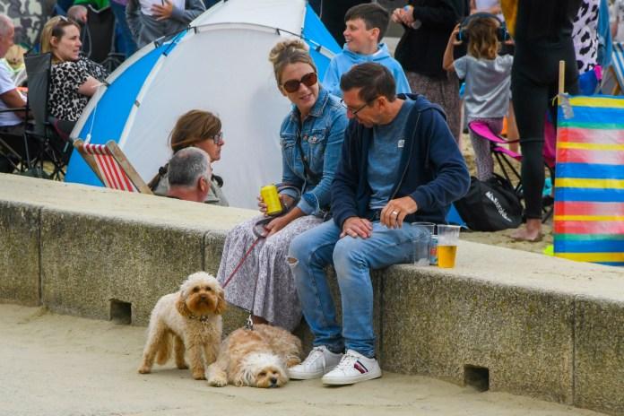 كما تم التقاط صور للحيوانات الأليفة وهي تستمتع بدرجات الحرارة على شاطئ البحر يوم الأحد