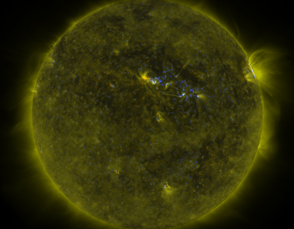 The Sun Observed by SDO - 171 Angstrom and Magnetic Field