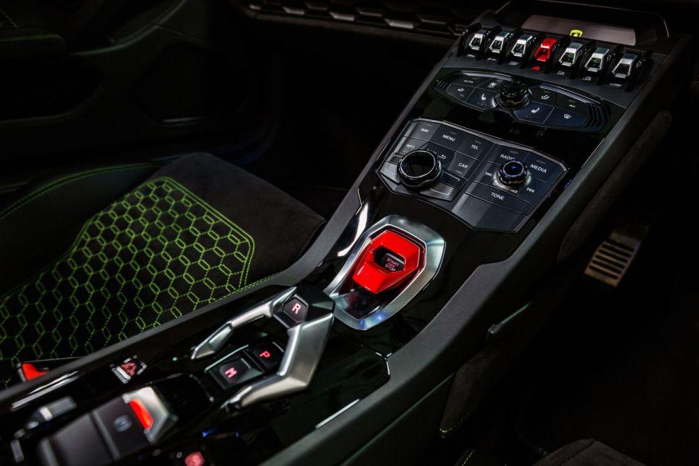 Lamborghini Huracan Spyder-SupercarHire-1