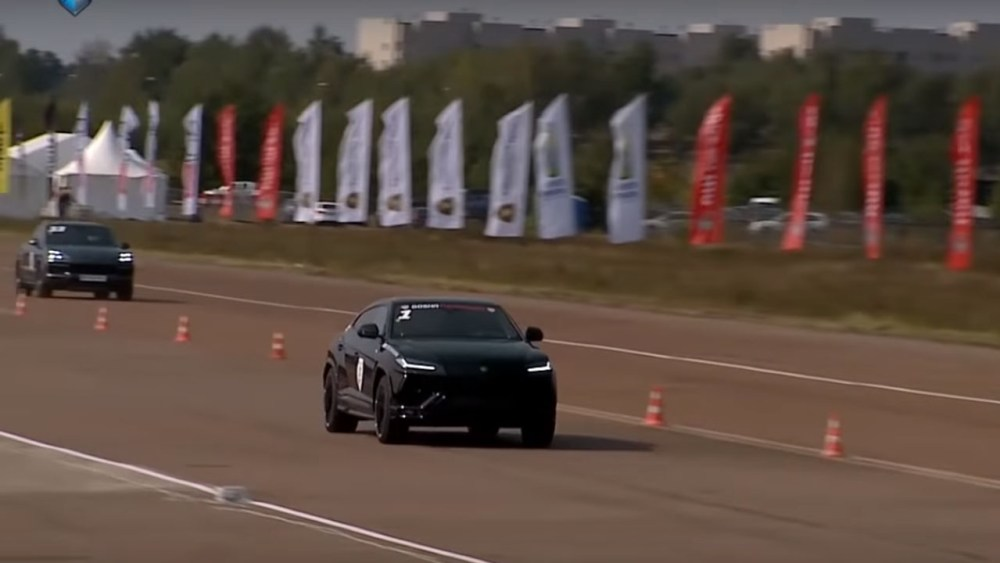 Lamborghini Urus Porsche Cayenne Turbo Drag Race