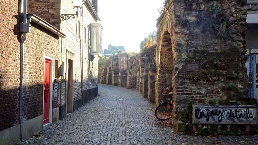 A part of the Maastricht city walls along Lang Grachtje