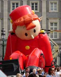 Comic Strip Festival: Inflating the balloon characters 4 - Spirou sitting