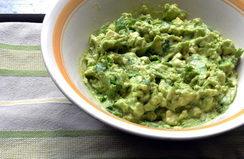 guacamole2-Best Ever Guacamole for Vegans and Paleo Eaters |@the_surfers_kitchen|www.thesurferskitchen.com