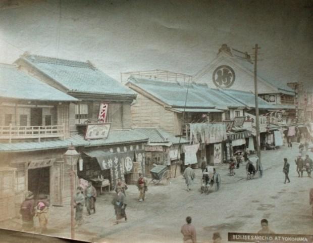Yokohama straat scene uit circa 1880. Image via Wikipedia
