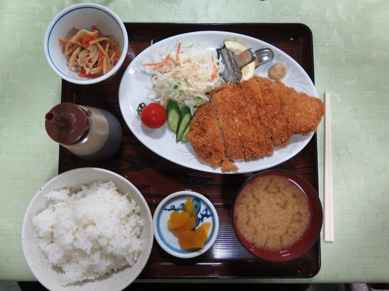 Tonkatsu maaltijd. Foto door Douglas Perkins (via WikiCommons).
