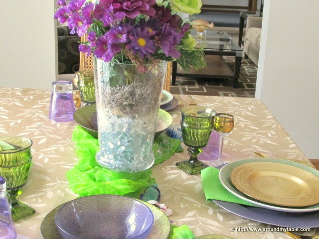 In trying to capture the essence of Mardi Gras I didn't want to go overboard. This Mardi Gras Lite tablescape gives just enough flavor to this celebration.