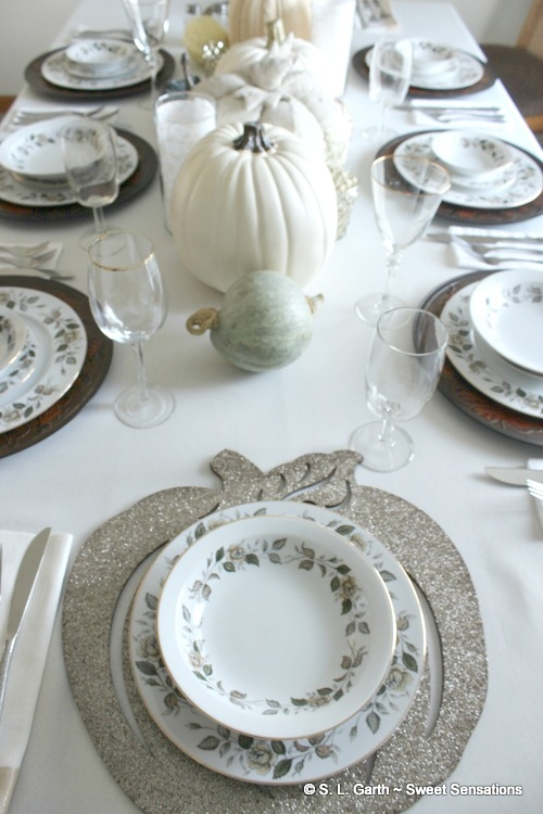 This Neutral Contemporary Thanksgiving Tablescape embodies the mood of the season without the traditional fall color & autumn tablescape Archives - Sweet Sensations