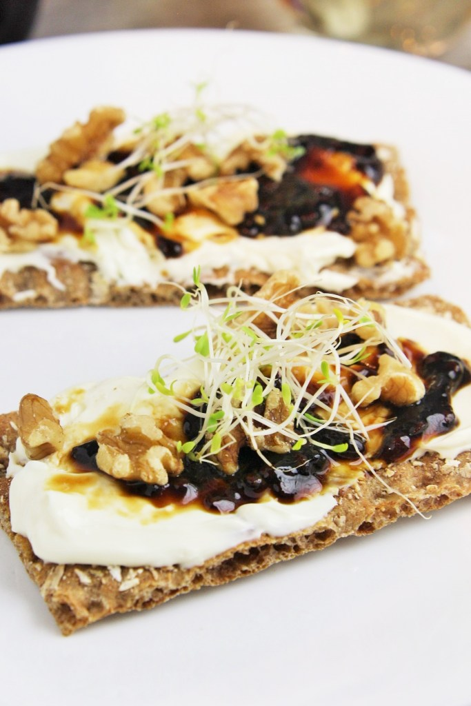 balsamic-fig-whipped-goat-cheese-crostini-3